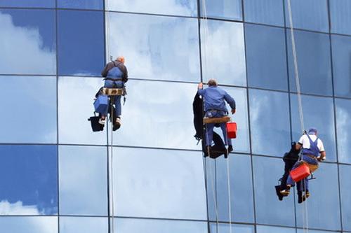 Cách lau kính nhà cao tầng hiệu quả an toàn
