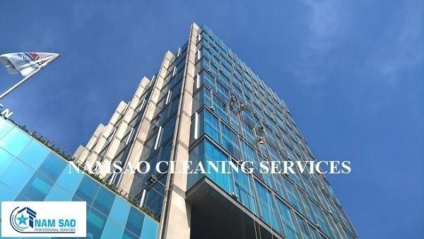 Dịch vụ lau kính nhà cao tầng uy tín