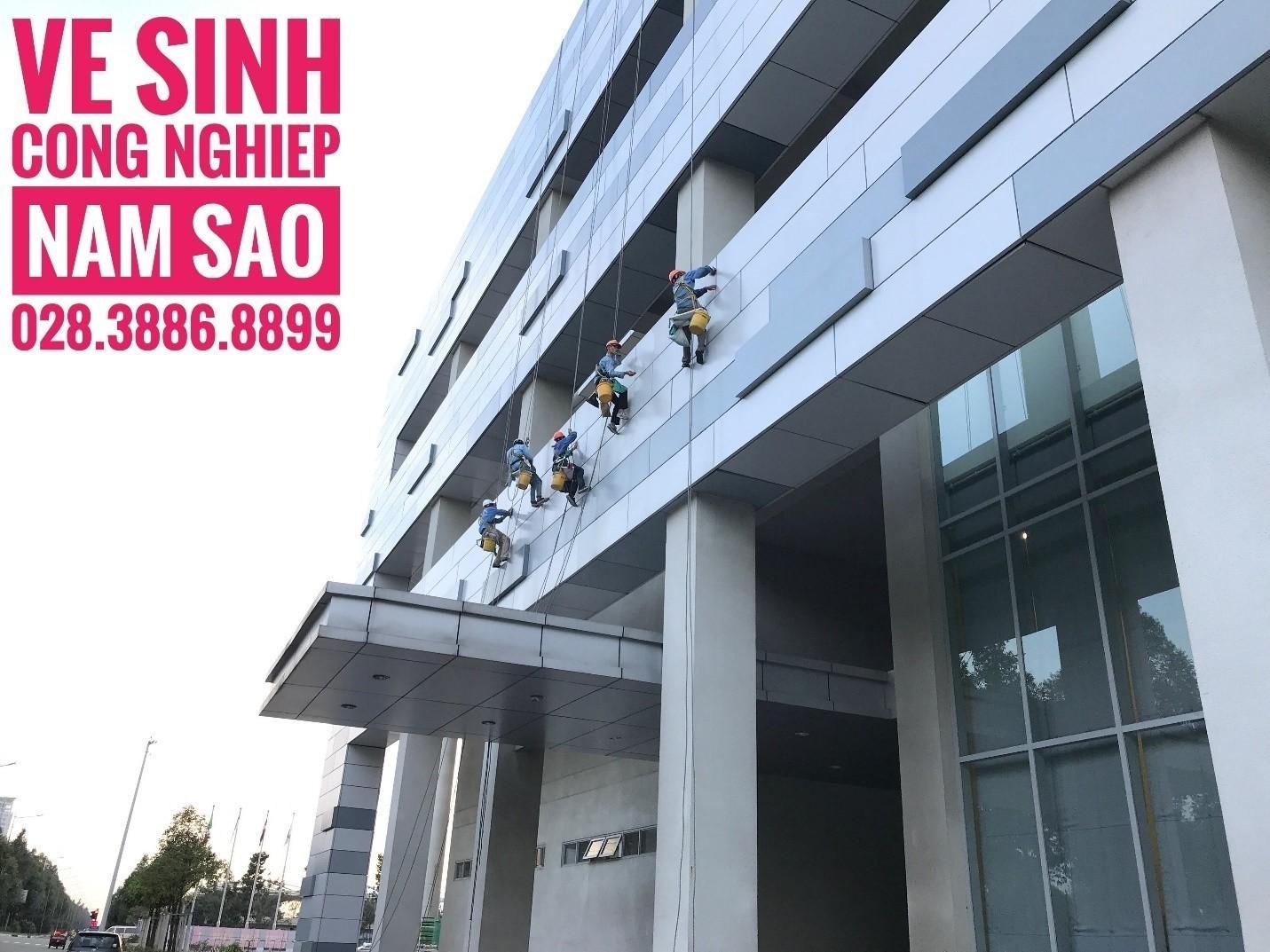 Dịch vụ lau kính tòa nhà cao tầng uy tín chuyên nghiệp