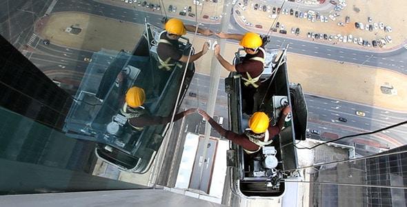 Tại sao nên sử dụng dịch vụ lau kính nhà cao tầng