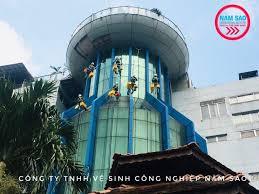 Thực hiện lau kính nhà cao tầng Sài Gòn Center